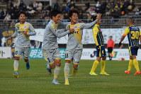 前半15分、2点目を決めチームメートと喜ぶ長崎MF吉岡選手(中央)