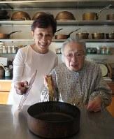 料理研究家の桧山タミさん(右)と松田美智子さん=福岡市博多区で