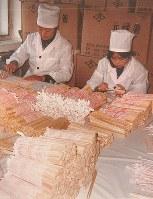 中国の工場で働く従業員=赤田本店提供