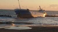 強風で流され座礁した貨物船=北海道苫小牧市元町1付近で18日、福島英博撮影