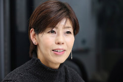 「他人をバカにしたがる男たち」の著者・河合薫さん=2017年10月25日、太田康男撮影