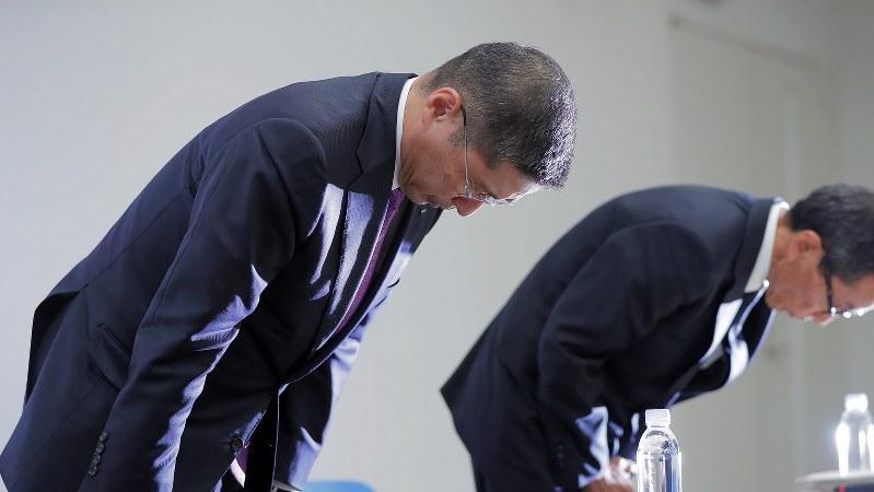 無資格検査問題の報告書を国交省に提出し記者会見で陳謝する日産の西川広人社長=2017年11月17日、和田大典撮影
