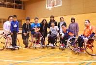 参加する車椅子利用者や支援者たち。中央で車椅子の男性の肩に手を掛けているのが田中さん=函館市で
