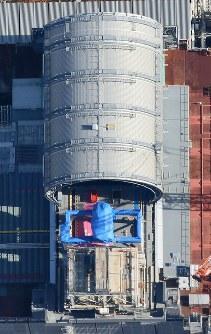 プール内の使用済み核燃料の取り出し作業が本格化する東京電力福島第1原発3号機=福島県で2017年11月21日午前11時46分、本社ヘリから宮武祐希撮影
