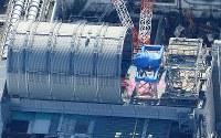 プール内の使用済み核燃料の取り出し作業が本格化する東京電力福島第1原発3号機=福島県で2017年11月21日午前11時52分、本社ヘリから宮武祐希撮影