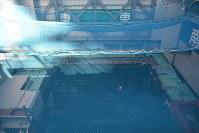 公開された東京電力福島第1原発3号機原子炉建屋の最上階。落下防止用ネットの奥に核燃料が保管されているプールの水面が見えた=福島県大熊町で2017年11月21日午後2時28分、曽根田和久撮影