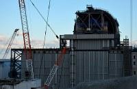 東京電力福島第1原発3号機。原子炉建屋最上階にはドーム型の燃料取り出し用カバーの設置が進められている=福島県大熊町で2017年11月21日午後3時5分、曽根田和久撮影
