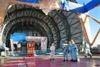 公開された東京電力福島第1原発3号機原子炉建屋の最上階。ドーム型の燃料取り出し用カバーの中に核燃料をプールから取り出すための機械が設置してあった=福島県大熊町で2017年11月21日午後2時38分、曽根田和久撮影