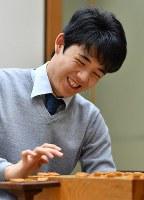 50勝を達成し、笑顔を見せる藤井聡太四段=大阪市福島区の関西将棋会館で2017年11月21日午後11時1分、川平愛撮影