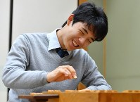 50勝を達成し、笑顔を見せる藤井聡太四段=大阪市福島区の関西将棋会館で2017年11月21日午後10時54分、川平愛撮影