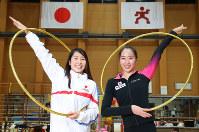 新体操日本代表主将の杉本早裕吏(右)と水球女子日本代表の鈴木琴莉(左)。初対面だったが、主将同士すぐに打ち解けた=東京都北区で2017年11月8日、太田康男撮影