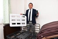 センサーマットとウェブカメラを連動させて、寝たきり患者の異常を早期に発見できるシステムを開発した「イツモスマイル」の大田仁大社長=徳島市佐古二番町で、松山文音撮影