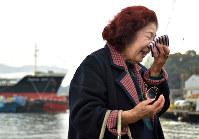 72年ぶりに金輪島に渡り、体験を語って涙をぬぐう植園澄子さん=広島市南区の金輪島で、山田尚弘撮影