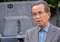 Mitsuo Kodama recounts the atomic bombing of Hiroshima in front of a stone monument to his junior high school classmates who died, at the current Hiroshima Kokutaiji High School in the city's Naka Ward on Nov. 9, 2017. (Mainichi)