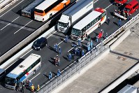 This photo taken from a Mainichi helicopter shows the accident scene in Ichikawa, Chiba Prefecture. (Mainichi)
