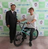小川市長(左)を表敬訪問した高木さん=大垣市役所で