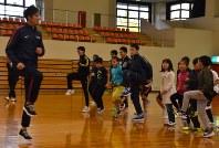 小学生に走り方のコツなどを指導する藤光選手(左端)