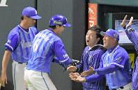 日本シリーズ第6戦で起用に応え、本塁打を放った白崎選手を迎えるラミレス監督(右)。左隣は通訳の丸山剛史さん=ヤフオクドームで2017年11月4日、森園道子撮影