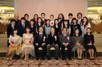 第86回日本音楽コンクール表彰式の後、記念写真に収まる入賞者=東京都文京区で2017年11月21日、太田康男撮影