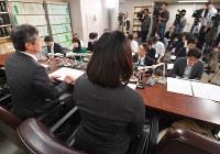 記者会見する松本智津夫死刑囚の四女(手前)と、滝本太郎弁護士=東京・霞が関の司法記者クラブで21日午後、手塚耕一郎撮影