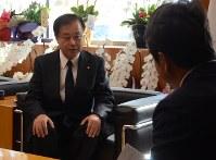 Japan Atomic Power Co. President Mamoru Muramatsu, left, tells Ibaraki Gov. Kazuhiko Oigawa about the company's plan to apply for the extension of its nuclear power operation at the Ibaraki Prefectural Government hall on Nov. 21, 2017. (Mainichi)