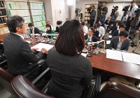 The fourth daughter of Chizuo Matsumoto, also known as AUM Shinrikyo cult leader Shoko Asahara, right, speaks during a news conference with her attorney Taro Takimoto in Tokyo on Nov. 21, 2017. (Mainichi)