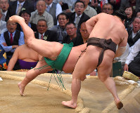 Yokozuna Hakuho falls to sekiwake Yoshikaze for his first defeat of the Kyushu Grand Sumo Tournament in Fukuoka, on Nov. 22, 2017. (Mainichi)