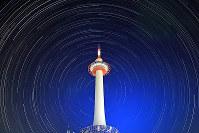 京都タワーを中心に円を描く星々=京都市下京区で、小松雄介撮影(30秒露光で連続撮影した340枚を合成)
