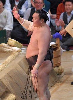 Yokozuna Hakuho, raising a hand, requests referees to review the bout against Sekiwake Yoshikaze on the 11th day of the Kyushu Grand Sumo Tournament in Fukuoka on Nov. 23, 2017. (Mainichi)