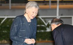 新「白毛女」観劇のため劇場に到着された皇后陛下=東京都渋谷区で2017年11月9日、代表撮影