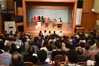 約250人が詰めかけた報告会の会場。天正遣欧少年使節の時代の聖歌も披露された