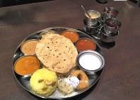数種類の小皿料理がトレーに乗った南インド料理の「ミールス」