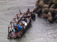 A wooden boat that is believed to have carried eight men is seen at a marina in Yurihonjo, Akita Prefecture, from a Mainichi Shimbun aircraft on Nov. 24, 2017. (Mainichi)