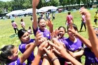 試合の前に声を出し合い、一致団結して臨む=フィリピン・ネグロスオクシデンタル州タリサイで2017年8月5日、川平愛撮影