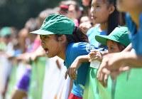 全力で仲間を応援する=フィリピン・ネグロスオクシデンタル州タリサイで2017年8月5日、川平愛撮影