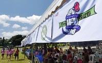テントに掲げられた各チームの旗=フィリピン・ネグロスオクシデンタル州タリサイで2017年8月5日、川平愛撮影