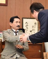 夏目漱石のアンドロイド=松山市二番町の松山市役所で2017年11月23日午前10時44分、中川祐一撮影