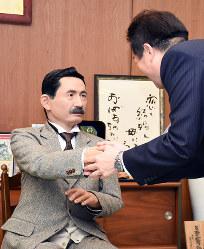 野志克仁・松山市長と面談する夏目漱石のアンドロイド=松山市役所で2017年11月23日、中川祐一撮影