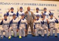 ラミレス監督(中央)と活躍を誓った新入団選手10人=横浜市西区で