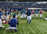 打撃の手本を見せるJFE東日本の選手ら=千葉市美浜区のZOZOマリンスタジアムで