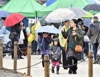 被災した一帯で行われた「いといがわ復興マルシェ」を楽しむ家族ら=新潟県糸魚川市で2017年11月18日、藤井達也撮影