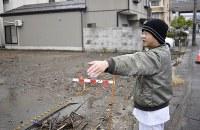 焼ける前の店舗があった土地を見つめる谷村さん。更地となった一帯に「ここから日本海が見えるのは不思議」と話す=新潟県糸魚川市で2017年11月12日、藤井達也撮影