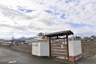 門と壁の一部が残された焼け跡=新潟県糸魚川市で2017年11月12日、藤井達也撮影