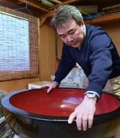 叔父から譲り受けた木鉢をみるそば店「泉家」の山下晶弘さん。「火災で木鉢は焼けてしまった。本当にありがたい」=新潟県糸魚川市で2017年11月18日、藤井達也撮影