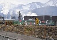 寒さが強まる中、黙々と再建に向けた作業を進める男性=新潟県糸魚川市で2017年11月19日、藤井達也撮影