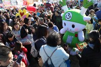 会場内で「ふっかちゃん」とふれあう来場者=羽生市三田ケ谷の羽生水郷公園で2017年11月25日午前10時、中山信撮影