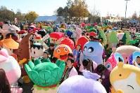 開会式に勢ぞろいしたキャラクターと来場者ら=羽生市三田ケ谷の羽生水郷公園で2017年11月25日午前9時43分、中山信撮影