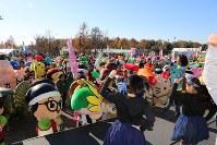 開会式でテーマソングに合わせて踊るキャラクターと来場者ら=羽生市三田ケ谷の羽生水郷公園で2017年11月25日午前9時34分、中山信撮影