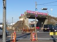 南側の盛り土部分が削られた陸橋。まもなく橋部分も取り壊される=愛知県岩倉市で長倉正知撮影