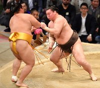Yokozuna Hakuho, right, clinches the Kyushu Grand Sumo Tournament championship by pushing out No. 9 maegashira Endo, at Fukuoka Kokusai Center in Hakada Ward, Fukuoka, on Nov. 25, 2017. (Mainichi)